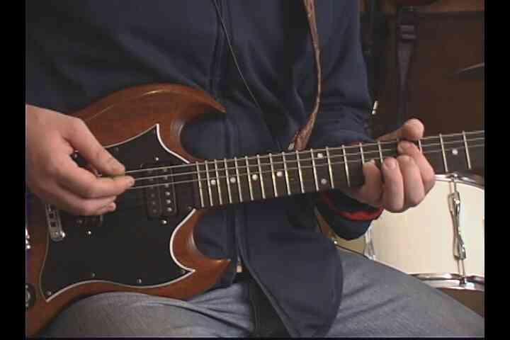 """Cómo Jugar la Segunda Mitad de """"Histeria"""" en la Guitarra"""