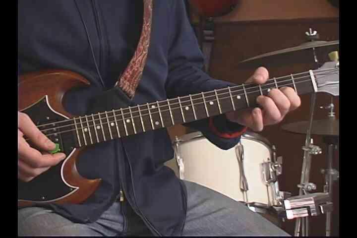 """Cómo Jugar el """"Back in Black"""" en la Guitarra"""