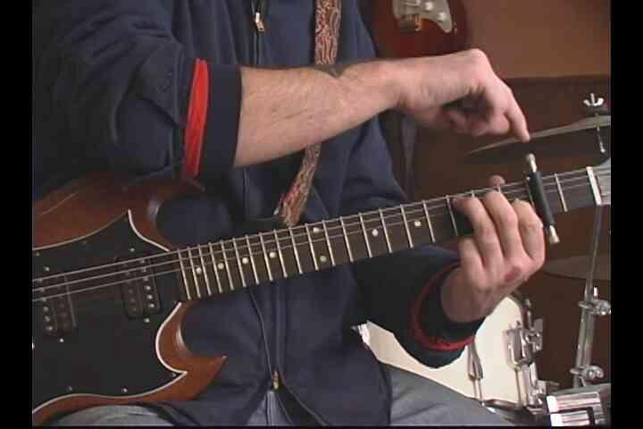 """Cómo Jugar """"Bajo El Puente"""" en la Guitarra"""