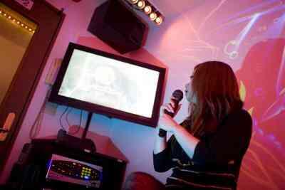Cómo Lanzar una Fiesta de Karaoke