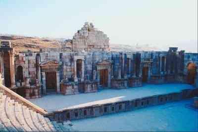 ¿Cuáles Son las Diferencias Entre el Romano y el Teatro Moderno?