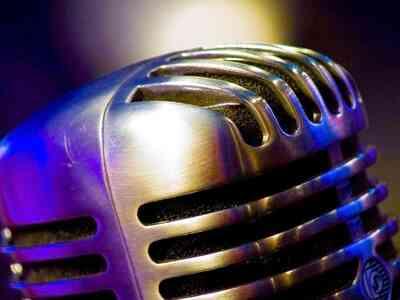 Cómo Hacer Verosímil Vintage Micrófono Etapa Prop