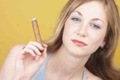 Cómo Hacer Falso Humo del Cigarro