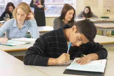 ¿Cómo Deben los Maestros de la Escuela preparatoria de Manejar la Disciplina en el Aula?