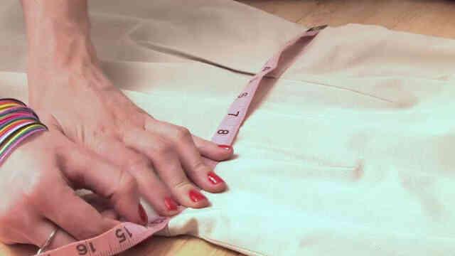 Cómo Medir la Cintura de un Vestido