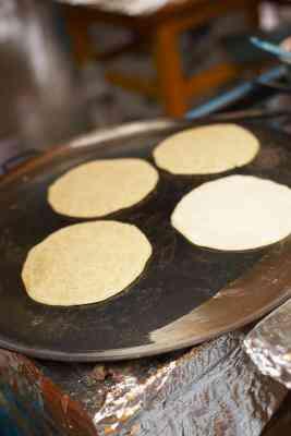 Cómo Cocinar las Tortillas en un Comal