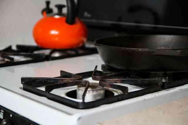 Cómo Limpiar las Rejillas de Hierro Fundido en un horno de Gas