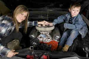 Realizar el mantenimiento básico del vehículo: neumáticos de coche, partes y cambio de aceite