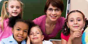Llegar de la escuela primaria a los niños a prestar atención