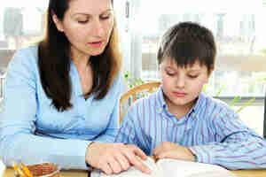 Obtener la atención de su hijo en las tareas escolares