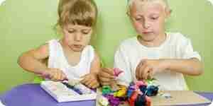 El uso de los niños de modelado de arcilla