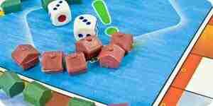 Jugar el juego de monopolio: el dinero, piezas y tarjetas
