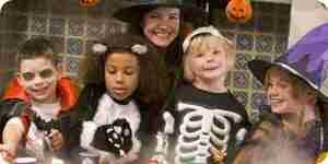 Jugar divertidos juegos para fiestas de halloween para niños, adolescentes y adultos
