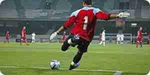 Patear un balón de fútbol