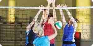 La práctica de ejercicios de voleibol