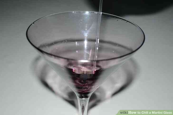 Imagen titulada Enfriar una copa de Martini Paso 7