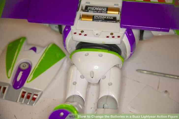 Imagen titulada Cambiar las Baterías en un Buzz Lightyear de la Figura de Acción Paso 4