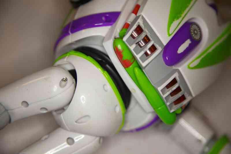 Cómo Cambiar las Baterías en un Buzz Lightyear de la Figura de Acción