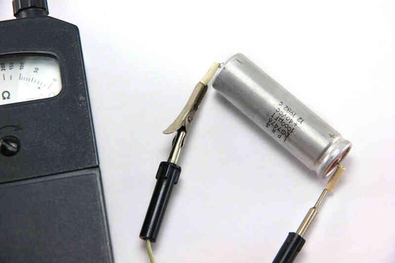 Cómo Comprobar Condensadores Usando un Ohmímetro